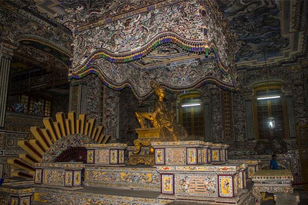 Интерьер гробницы императора Кхай Диня (Lăng Khải Định). Вьетнам.