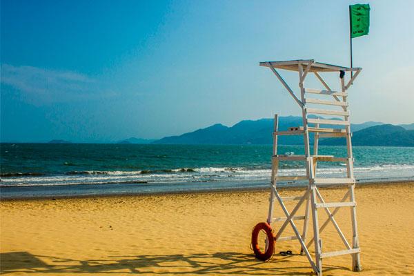 Спасательная вышка на пляже Куинёна.