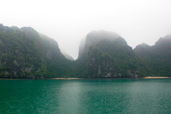Виды бухты Халонг. Карстовые скалы в тумане.