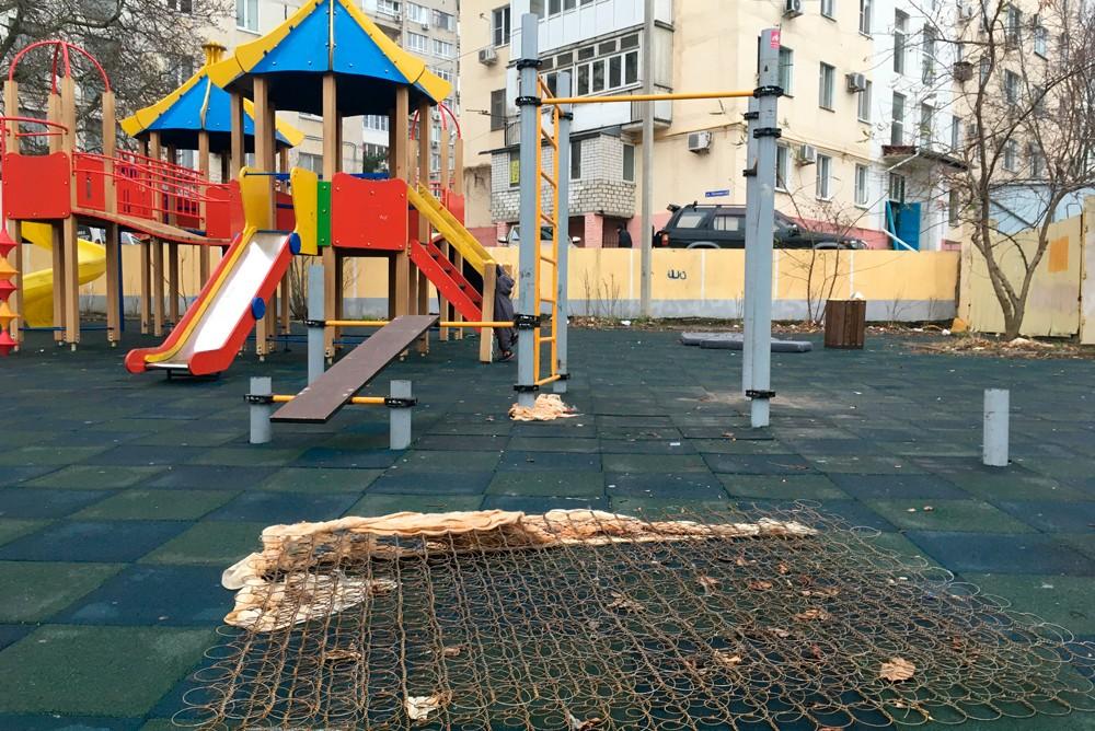 Мусор на детской площадке по улице Полевая в Геленджике