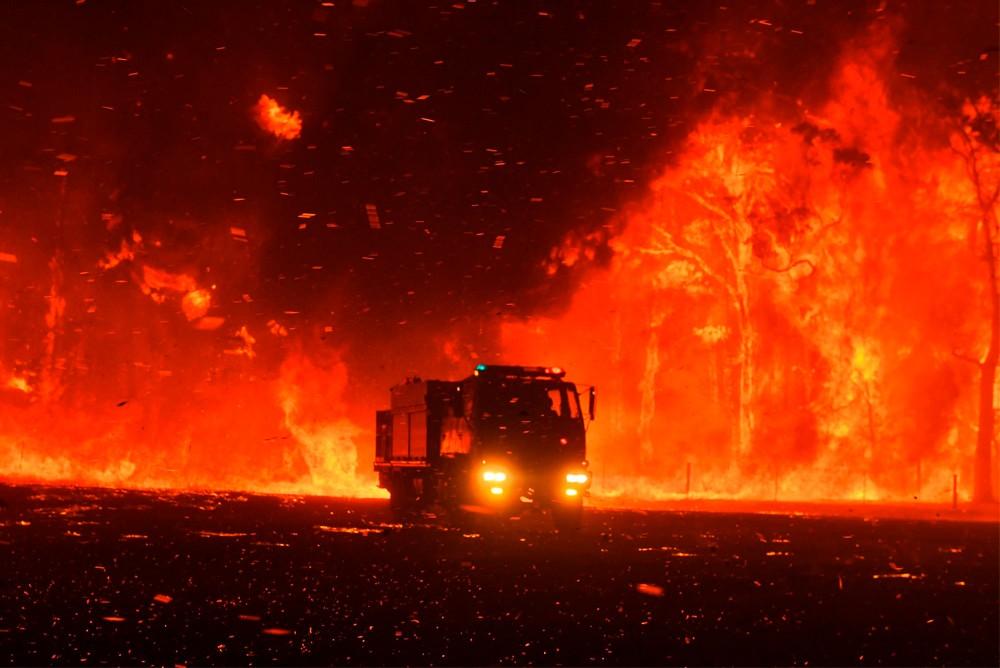 Австралийские пожарные борются с огнём