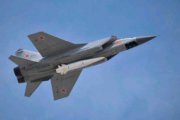 Взлёт МиГ-31К с гиперзвуковой ракетой «Кинжал», закреплённой в нижней точке подвески на корпусе истребителя-перехватчика