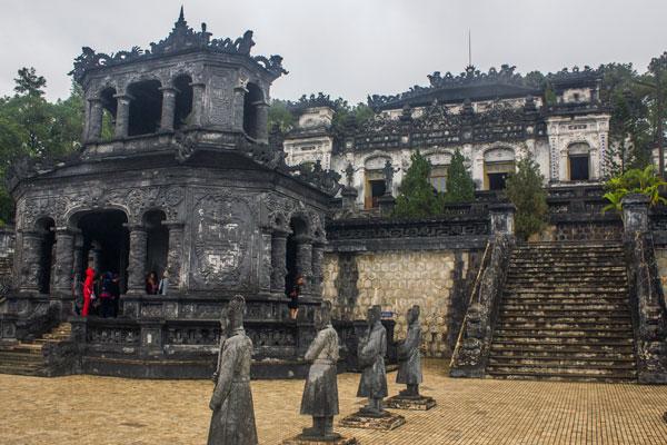 Каменные статуи воинов. Гробница императора Кхай Диня (Lăng Khải Định). Вьетнам.
