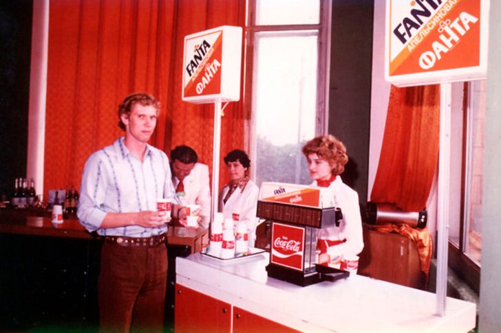 Буфет с Coca-Cola и Fanta в CCCP