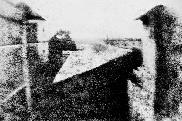 Самая первая фотография в мире «Вид из окна в Ле Гра», 1826 год