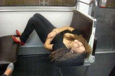 Девушка спящая в метро.