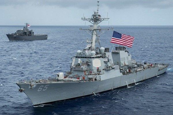 Американский эсминец USS Benfold около острова Гуам