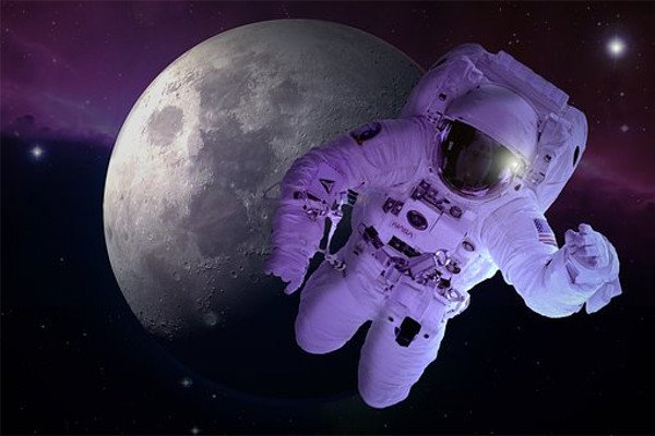 Луна и астронавт