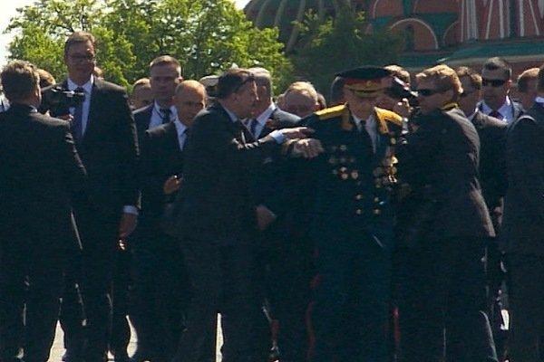 Охрана президента на Красной площади пытается оттащить ветерана от Путина