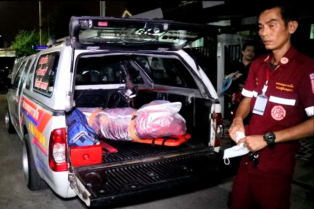 Медики забирают тело погибшего от удара током тайца