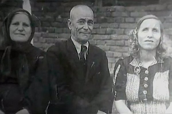 Прорицательница Ванга в молодости со своими родственниками