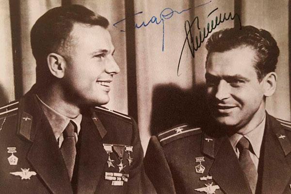Два великих космонавта Гагарин и Титов.
