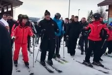 Владимир Путин и Александр Лукашенко катаются на лыжах на одном из склонов горнолыжного курорта Сочи