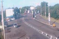 Автобус снёс габаритную рамку на Яблоновском мосту в Краснодаре