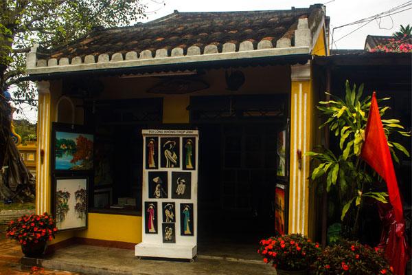 Одна из многочисленных арт-галерей города Хойан. Вьетнам.