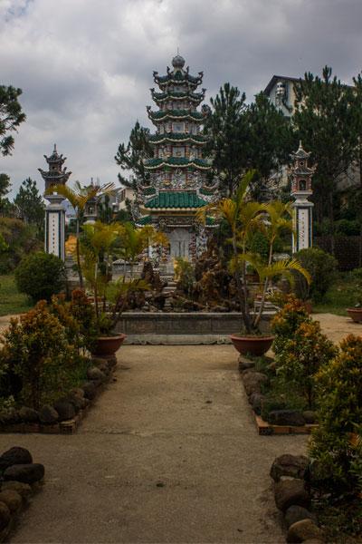Красивая пагода Линь Шон (Chua Linh Son) в Далате, Вьетнам.