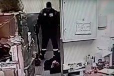 Момент избиения ЧОПовцем подозреваемого в воровстве в магазине в Уфе