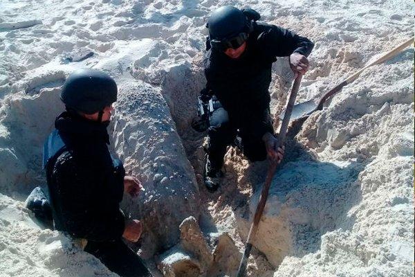Раскопки американской 500-фунтовой бомбы на острове Игуана