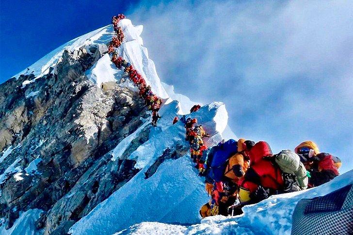 Пробка из альпинистов на вершине Эвереста