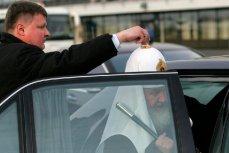 Патриарх Кирилл садится в автомобиль