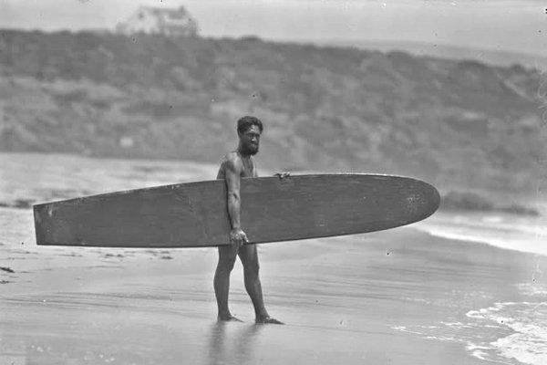 Дьюк Каханамоку, человек, популяризировавший серфинг во всем мире, Гавайи, 1920 год