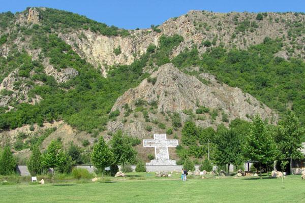 Крест в селе Рупите, где жила прорицательница Ванга. Болгария.