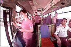 В турецком городе Гебзе девушка вышла из двигающегося автобуса
