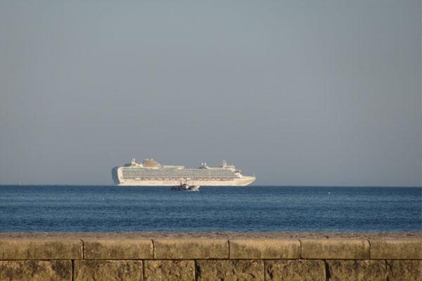 Лайнер плывущий в Атлантическом океане. Португалия.