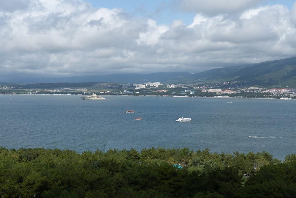 Яхта российского миллиардера Алишера Усманова на фоне Геленджика
