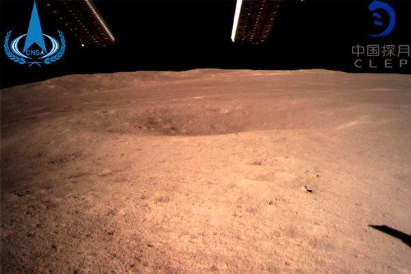 Первая фотография обратной стороны Луны сделанная китайским космическим аппаратом «Чанъэ-4» со столь близкого расстояния