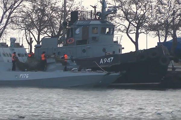 Задержанные украинские военные корабли