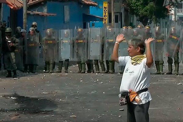 Военные в Венесуэле не дают пройти гуманитарной помощи в страну