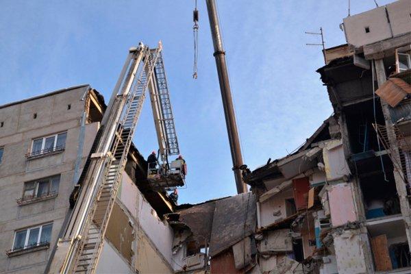 Спасатели ликвидируют нависающие части конструкции, для безопасного продолжения работ по расчистке завалов в обрушившемся доме в Магнитогорске