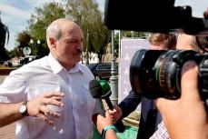 Лукашенко дает интервью журналистам