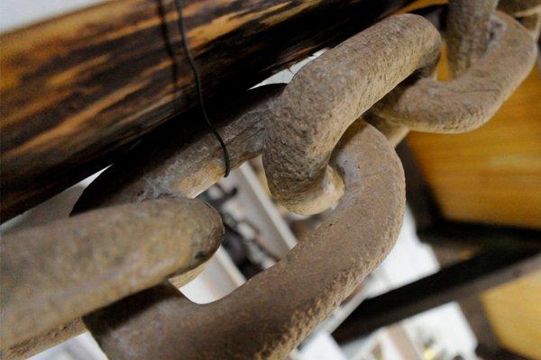 Каменная гигантская цепь с несколькими отточенными звеньями