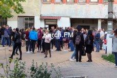 Родственники пострадавших возле больницы в Керчи
