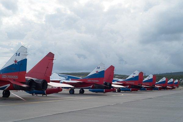 МиГ-29 пилотажной группы «Стрижи». Вид сзади - хвостовые оперения