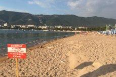 Пляж в центре Геленджика закрыт для купания и огорожен лентами