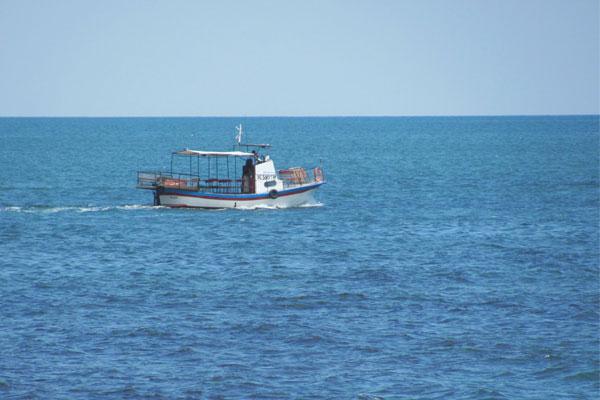 Катер, плывущий по Чёрному морю. Болгария.
