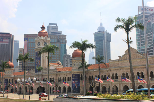Дворец султана Абдул-Самада и башни Петронас на заднем плане. Куала-Лумпур. Малайзия.