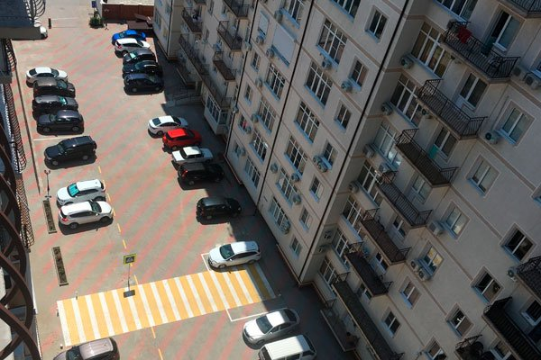 Пешеходный переход во дворе дома по улице Южная 35 в Геленджике