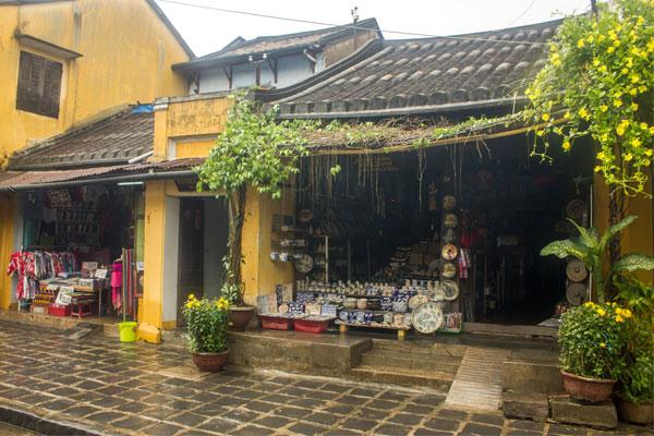 Сувенирная лавка в городе Хойан. Вьетнам.