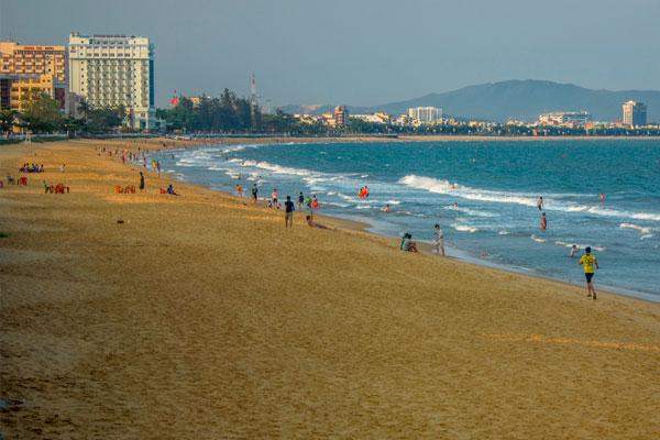 Вьетнамцы отдыхающие на пляже Куинёна.