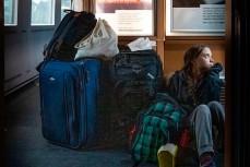 Экологическая активистка Грета Тунберг сидит в тамбуре на полу переполненного поезда в Германии