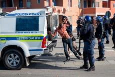 Кейптауне, ЮАР, полицейские подменили сбежавшего преступника первым попавшимся под руку прохожим