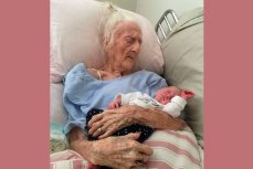 101-летняя прабабушка Роза Кэмфилд со своей двухнедельной правнучкой