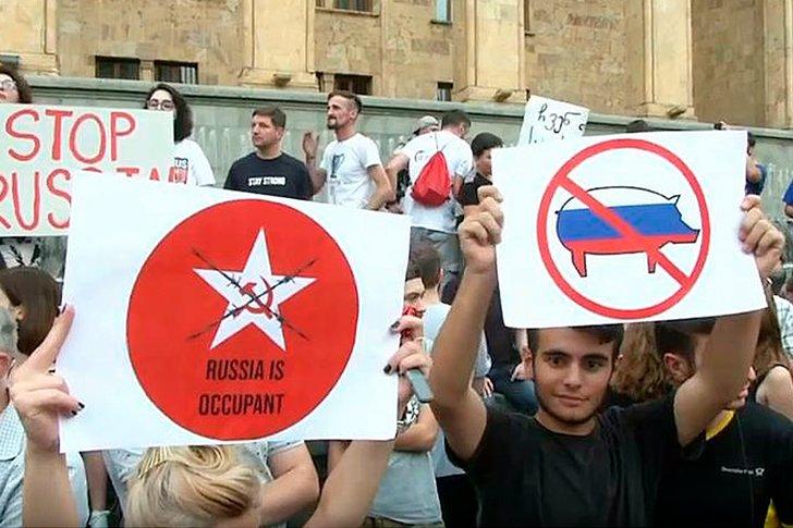 Акция протесте возле возле гостиницы Radisson