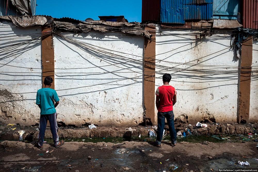 Мумбайские мальчишки справляют нужду прямо на улице