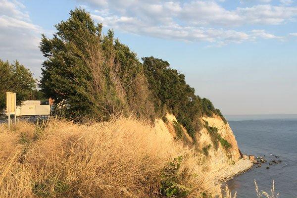 Очистные сооружения в Геленджике. Слева въезд на территорию. Справа труба по которой идёт сброс очищенных вод в море