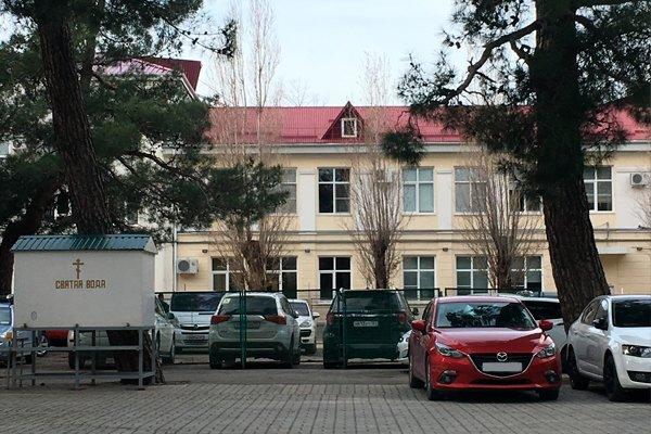 Свято-Вознесенский кафедральный собор в Геленджике использует территорию под платную парковку